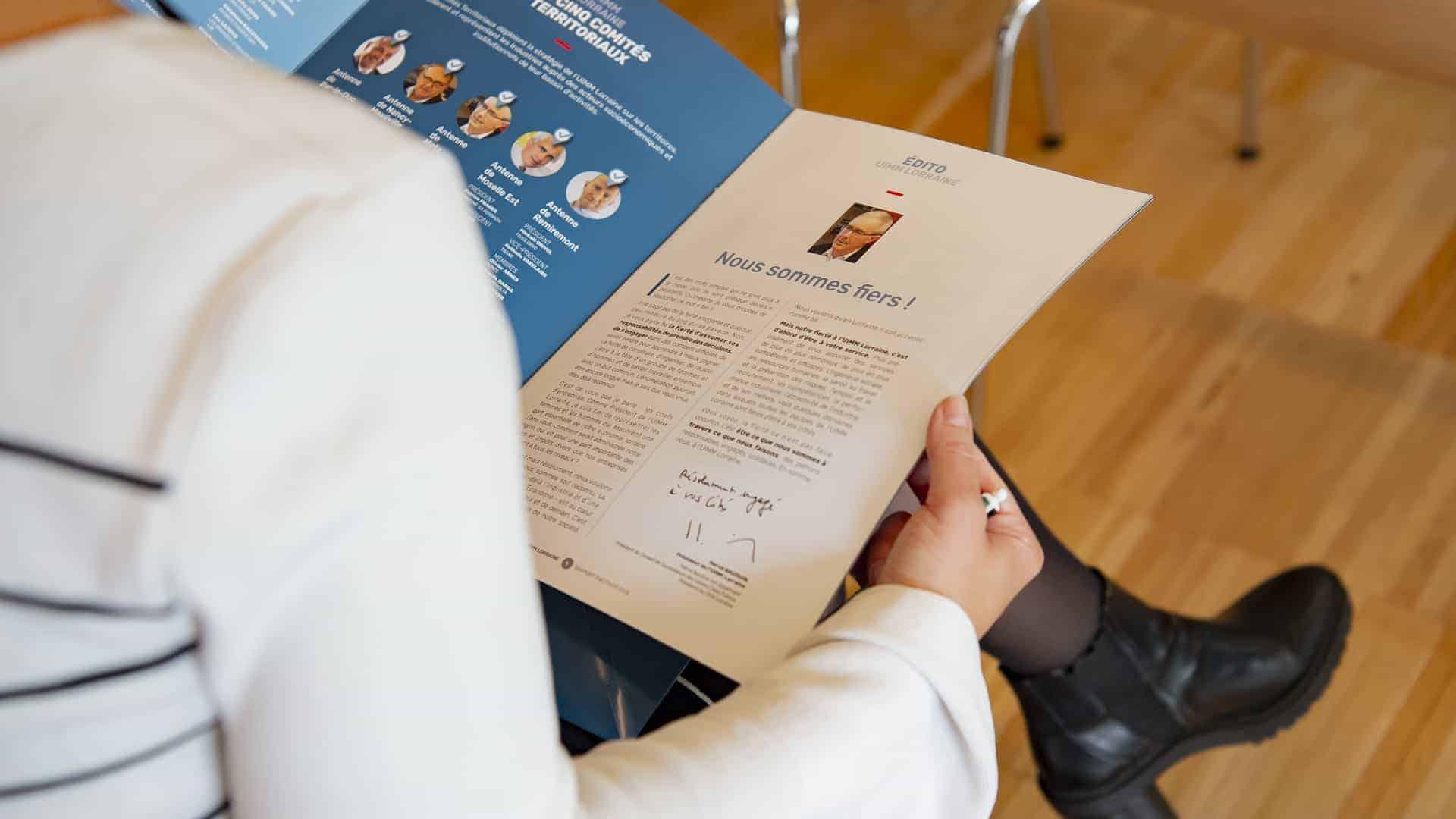 Gros plan sur une Brochure UIMM